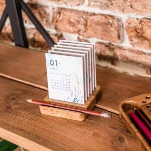 Календарь с углублением под ручку в светлом цвете.