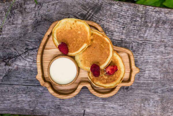Фото деревянной тарелочки для детей Машинка, наполненной едой