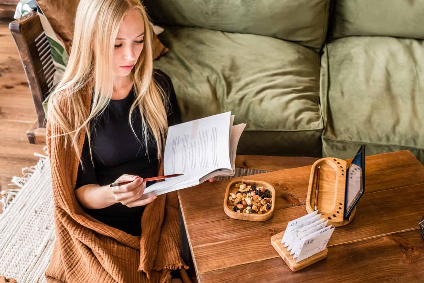 Девушка и органайзер подставка деревянный и другие изделия В Щепки